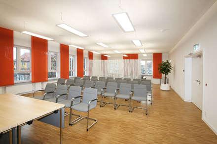 Sitzungssaal Eichenau - Möblierung für Trauung: moderner Multimedia-Raum von Gross Unternehmensgestaltung Innenarchitektur
