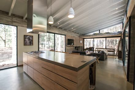 Casa El Faro 01.   Carmelo, Uruguay: Cocinas de estilo moderno por TC Estudio