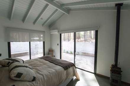 Casa El Faro 01.   Carmelo, Uruguay: Dormitorios de estilo moderno por TC Estudio