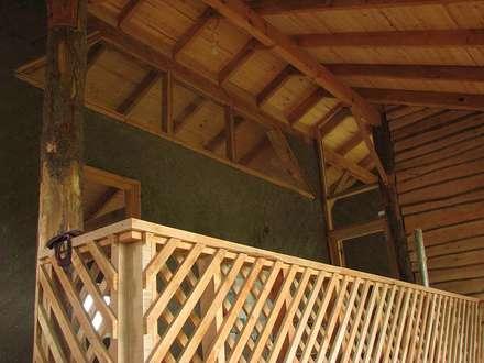 : Pasillos, hall y escaleras de estilo  por Estudio Terra Arquitectura & Restauro