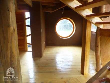 : Paredes y pisos de estilo moderno por Estudio Terra Arquitectura & Restauro