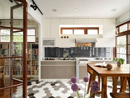 Cocinas de estilo escandinavo por 築築空間