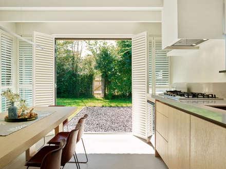 Duynvoet Schoorl nr. 05: moderne Keuken door Hinabaay