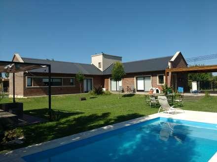 Vivienda Unifamiliar en Hostal del Sol: Jardines de estilo moderno por Estudio y Taller de Arquitectura