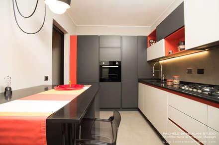 Cucina moderna con pavimento e parete in resina cementizia spatolata colori grigio, rosso, arancio, beige: Cucina in stile in stile Moderno di Rachele Biancalani Studio