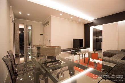 Living con pavimento in resina spatolata, grigio e tavolo in cristallo: Soggiorno in stile in stile Moderno di Rachele Biancalani Studio