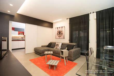 living moderno, nero, bianco, grigio con tocchi arancio rosso: Soggiorno in stile in stile Moderno di Rachele Biancalani Studio