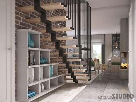 Elegante Designtreppe:  Flur & Diele von MIKOLAJSKAstudio