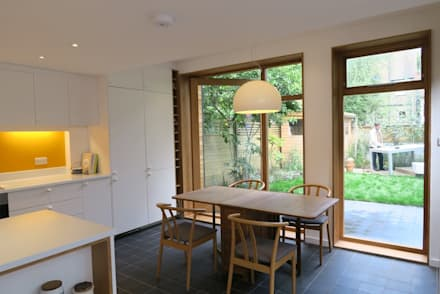 Kitchen-Diner with pivot door:  Windows  by A2studio