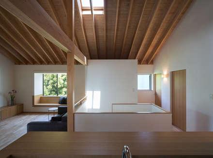 閑小の家: 柳瀬真澄建築設計工房 Masumi Yanase Architect Officeが手掛けた玄関/廊下/階段です。