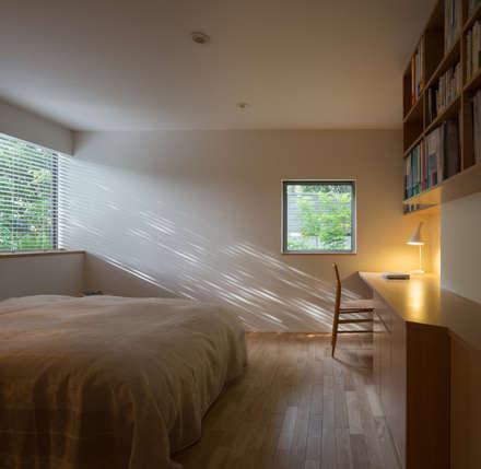 閑小の家: 柳瀬真澄建築設計工房 Masumi Yanase Architect Officeが手掛けた寝室です。