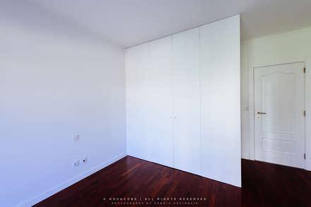 Remodelação de Apartamento em Samara Correia: Closets modernos por NOVACOBE - Construção e Reabilitação, Lda.