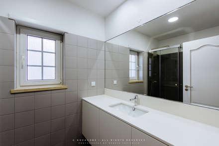 Remodelação de Apartamento em Samara Correia: Casas de banho modernas por NOVACOBE - Construção e Reabilitação, Lda.