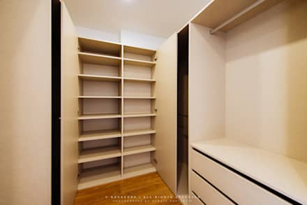 Quarto principal - closet: Closets modernos por NOVACOBE - Construção e Reabilitação, Lda.