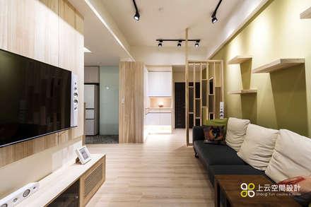 Salas / recibidores de estilo escandinavo por 上云空間設計