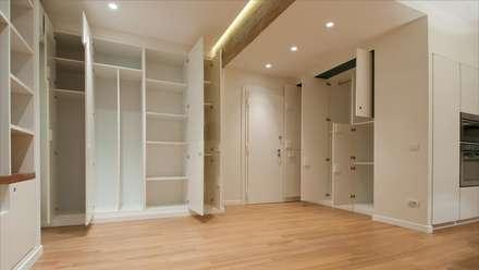 Portaportese - Ingresso con armadiature contenitive e trave a vista: Ingresso & Corridoio in stile  di Archifacturing