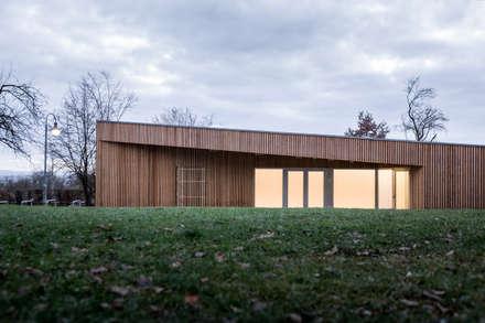 Kulturbaracke Zinsholz: skandinavischer Multimedia-Raum von Pakula & Fischer Architekten