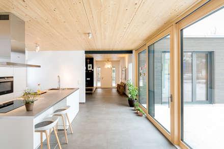 wohnhaus b: moderne Küche von sebastian kolm architekturfotografie