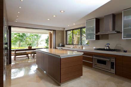 Casa 906: Cocinas de estilo moderno por Objetos DAC