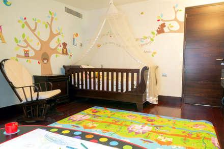 Casa 906: Cuartos infantiles de estilo moderno por Objetos DAC