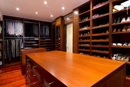 Casa 906: Closets de estilo moderno por Objetos DAC