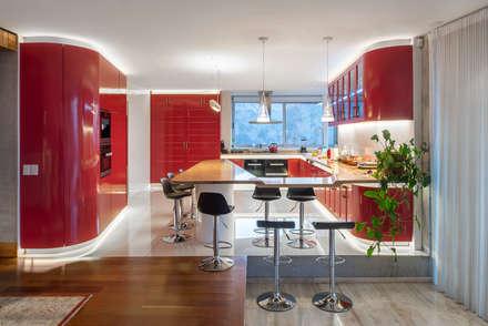 Casa Chamisero: Cocinas de estilo moderno por GITC