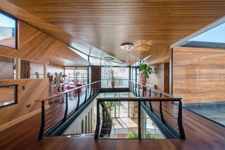 Casa Chamisero: Pasillos, hall y escaleras de estilo  por GITC