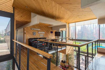 Casa Rosales Quijada: Paredes y pisos de estilo moderno por GITC