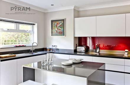 Small space, big kitchen: modern Kitchen by Pyram