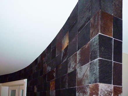 Wandgestaltung mit Echtfell in einem Schlafzimmer /Detail 2: ausgefallene Schlafzimmer von FARBCOMPANY