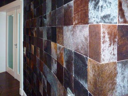 Wandgestaltung mit Echtfell in einem Schlafzimmer/ Detail: ausgefallene Schlafzimmer von FARBCOMPANY