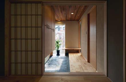 玄関ホール: 竹内建築設計事務所が手掛けた廊下 & 玄関です。
