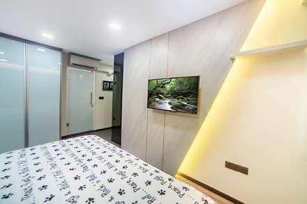 HDB Blk 293B Compassvale Crescent: modern Bedroom by Renozone Interior design house