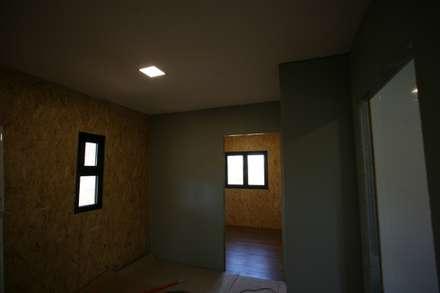 Casas pré fabricadas: Corredores e halls de entrada  por Cosquel, Sociedade de Construções Lda