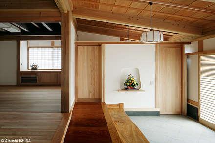 Corridor and hallway by 西本建築事務所 一級建築士事務所