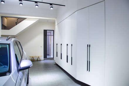 台南 謝宅:  牆壁與地板 by 直譯空間設計有限公司