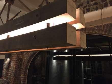 Eiken lamp: industriële Eetkamer door WE-Maatdesign