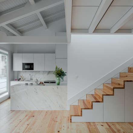 Alves da Veiga: Cozinhas minimalistas por Pedro Ferreira Architecture Studio Lda