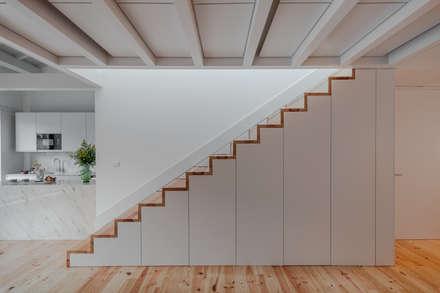 Alves da Veiga: Corredores, halls e escadas minimalistas por Pedro Ferreira Architecture Studio Lda
