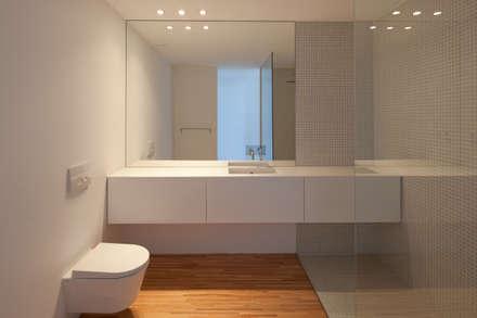 Casa Maternidade: Casas de banho minimalistas por Pablo Pita Architects