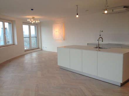 Vloer en keuken: minimalistische Keuken door Linda Zadelaar interierarchitectuur bni