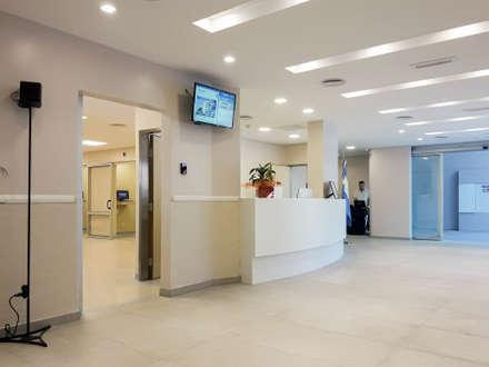 Clínica Colón: Clínicas y consultorios médicos de estilo  por id:arq