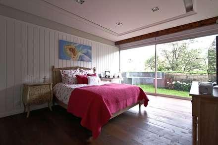 Residencial Vista Sol: Recámaras de estilo ecléctico por Mobiliario y Equipo MEE
