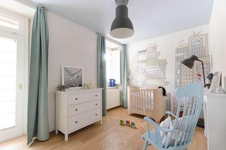 casa GAM: Stanza dei bambini in stile in stile Moderno di Ego Vitaminacreativa
