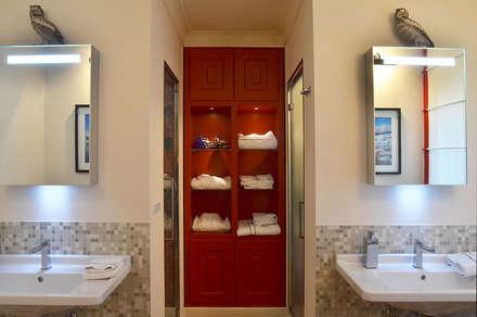 Appartamento in montagna a Megéve: Bagno in stile in stile classico di Studio Codebò Vergnano