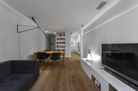 Reforma Eixample: Salas de estar escandinavas por PAULO MARTINS ARQ&DESIGN