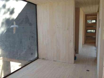 Casa del Bosque: Pasillos, hall y escaleras de estilo  por Nido Arquitectos