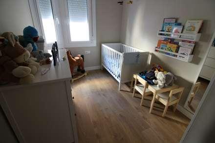 dormitorio infantil: Dormitorios infantiles de estilo moderno de SMMARQUITECTURA