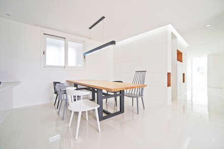 G 하우스 - 다이닝룸: seukhoonkim의  다이닝 룸