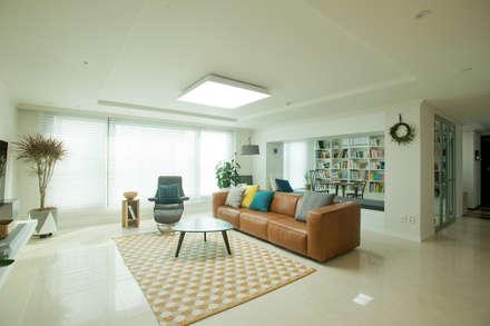 따뜻한 공기가 스며드는 모던빈티지 하우스: (주)바오미다의  거실